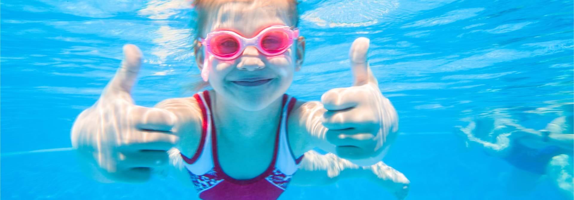 Barn Svømmer Stock Web