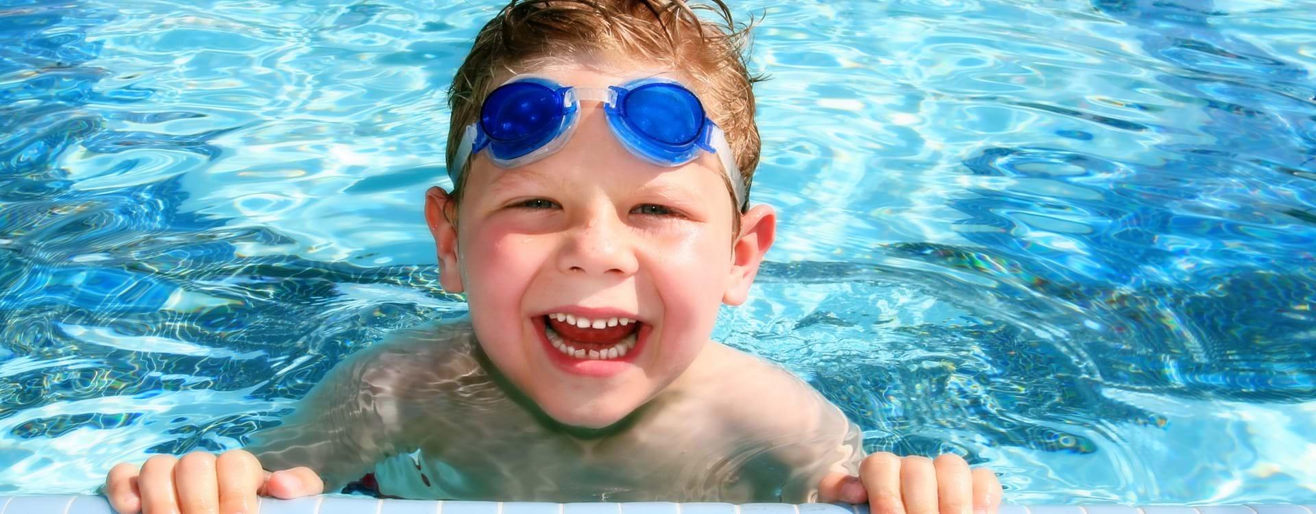 Barn i svømmehallen