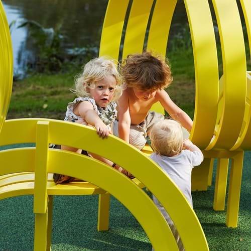 Børn leger på Jeppe Hein skulptur i Elsass Fondens have